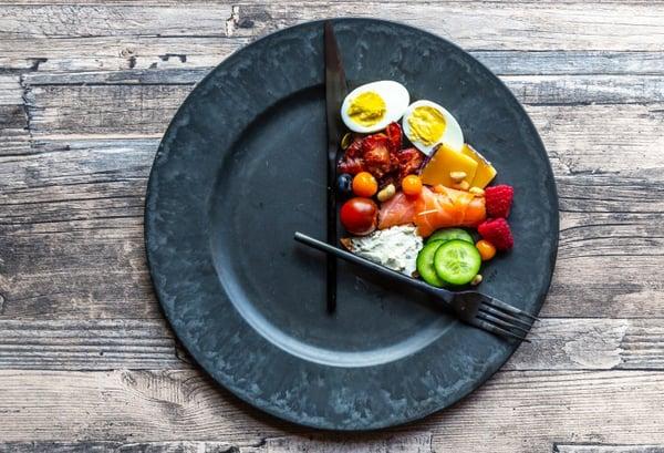 當你長時間或經常吃不足基礎代謝率的熱量,身體會先開始消耗水分、肌肉,這也是為何體重會先掉。接著,身體會啟動生存機制「減少消耗熱量」