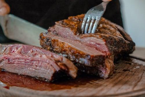 牛排切開以後,會流出紅色的湯汁,這不是牛排流血喔!而是肌紅蛋白