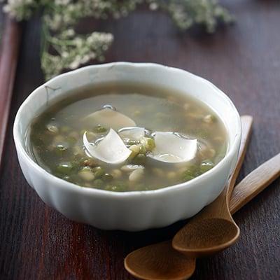 炎熱的夏天,來碗冰冰涼涼的綠豆湯,最過癮!排毒、消暑、抗痘,綠豆湯被封為夏日涼品,但一定要提醒,綠豆湯不是人人都能喝,食用前,有8大注意事項。