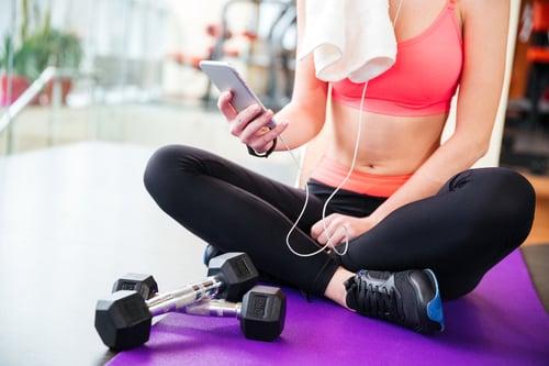 如果你是健身房的常客,你一定很受不了有人在重訓時一直「大吼大叫」,覺得被打擾、又不知道該如何請對方小聲點,告訴你一個運動新知,其實少了吼叫,安靜地聽音樂運動,才是真的能提高運動效率和表現!