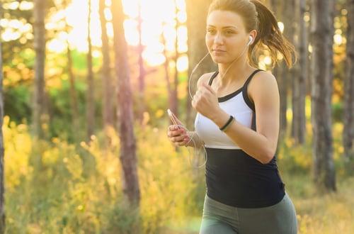 「我一點都不會累~」,假如你慢跑快撐不下去的時候,聽聽些節奏快的音樂、超勵志的歌詞,會讓你分散一點身體意識,也就是身體疼痛度的感知,讓你運動時感到比較輕鬆,心理狀態也比較舒服,不會覺得累!