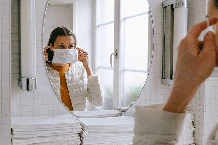 防疫 切忌口罩對摺 不接觸口罩表面 抓住兩端鬆緊帶處