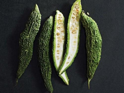 苦瓜是減肥瘦身的好幫手,因為熱量低、非常有飽足感之外,苦瓜裡的營養素,能減少腸道吸收脂肪和糖分,促進新陳代謝,對降低血糖也有幫助。