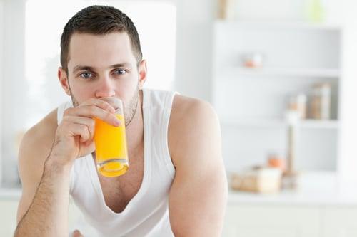 蔬果汁,最怕的就是放太久、才飲用,畢竟食材為生鮮蔬果,最怕的就是氧化作用,只要時間一拉長,食物酵素就會發生作用,常見的就是果汁會出現分離分層,另外就是喝起來、味道也不如剛打好;所以建議,製作完成、立馬飲用,風味最佳,喝多少、打多少,千萬別嫌麻煩,一次打好3餐份量冰起來。