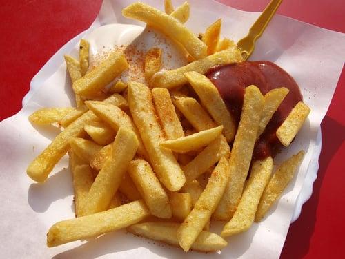 比如說,吃麥當勞薯條,一定要配一包番茄醬的你,從現在開始為了自己的健康著想,克制自己的用量,從使用一包變半包,慢慢越用越少,甚至是可以要求薯條要去鹽,慢慢養成少鹽的飲食習慣。