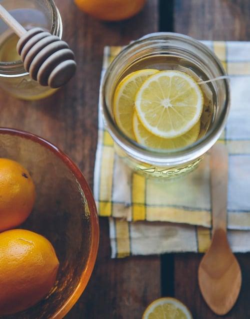 話說,前陣子超流行的「蜂蜜檸檬水」,也是讓你變愛喝水的小撇步,不過你是很怕酸的人,容易不知不覺在水裡加入很多蜂蜜,這樣反而甜度、熱量太高,記得,一天以2到3湯匙為限,少許蜂蜜就很甜了。