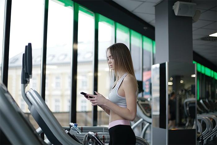 跑步機 拿著手機跑步 容易造成肩膀歪斜 不小心跌倒