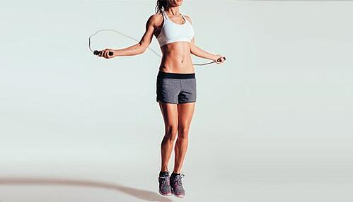 30分鐘HIIT運動時加入跳繩,一天可以多燃燒約800卡路里,相當於游泳1小時