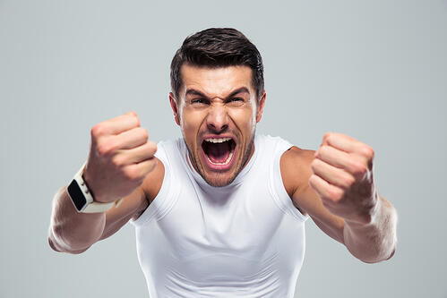 不僅在健身房裡看見某些人嘶吼地做重訓,其實在電影裡某些對打戲碼,也常看到主角先吼一聲,再打擊對方;或者是在球場上,籃球員在跳躍搶籃板時,也總會吼叫一下,像是要故意嚇對方。