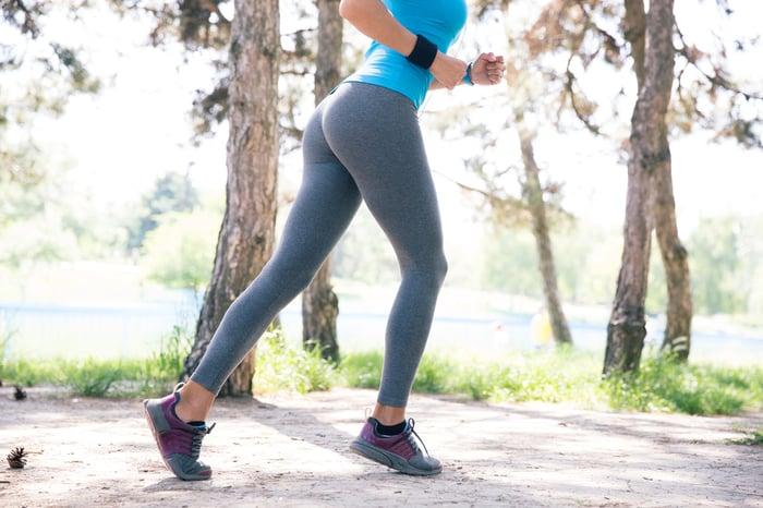 運動鞋 穿運動鞋無意間走很多路 高跟鞋 皮鞋 路走多 腳會痛 反而會讓你不想走太路
