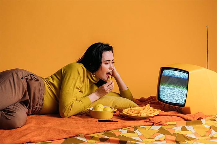 邊看電視邊吃東西 吃不飽 吃下更多東西