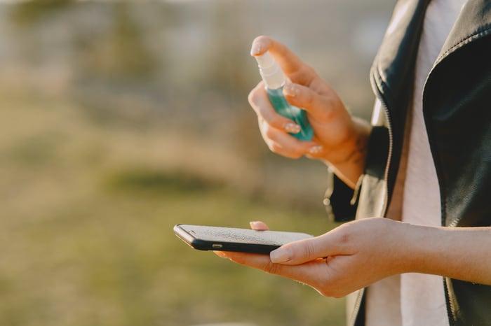 防疫 手機細菌別忽視 酒精不能直接噴手機