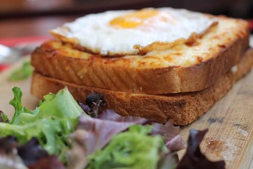 野餐食物-三明治選擇厚片吐司 三明治用厚片的好處是,不會一碰到水就軟爛掉,太薄的吐司比較快濕掉,很快就失去你費盡心思烤好酥酥脆脆的口感了!