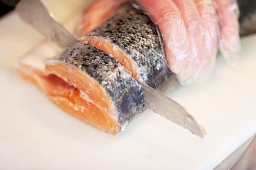 不僅有蔬菜,吃魚也可以抗老,像是富含Omega-3脂肪的鮭魚,就是最佳代表!Omega-3脂肪能保護肌膚不受紫外線傷害,能減少日曬、紅腫的發生。除此之外,杏仁、山核桃也含有Omega-3脂肪,適量吃也有抗氧化的功效。