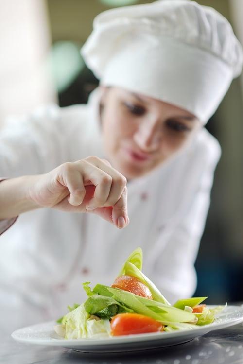 此外,烹飪的方式也是關鍵,多以蒸、煮、烤,品嚐食物的原味,怕沒味道也可以下洋蔥、香菇爆香,就很好吃了~或是在食物起鍋前下鹽,這樣的烹飪方式,能保持鹹度,還能減少用鹽量。至於涼拌菜,也是建議食最後程序再放鹽,因為菜會吸鹽,同時擠出汁液,因此後放鹽的口感,會更爽口清脆;重點提醒,無論任何料理,鹽巴越晚放越好啦!