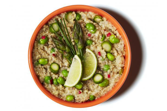 20. 綠咖哩椰子燕麥片,搭配蘆筍、蠶豆和豌豆