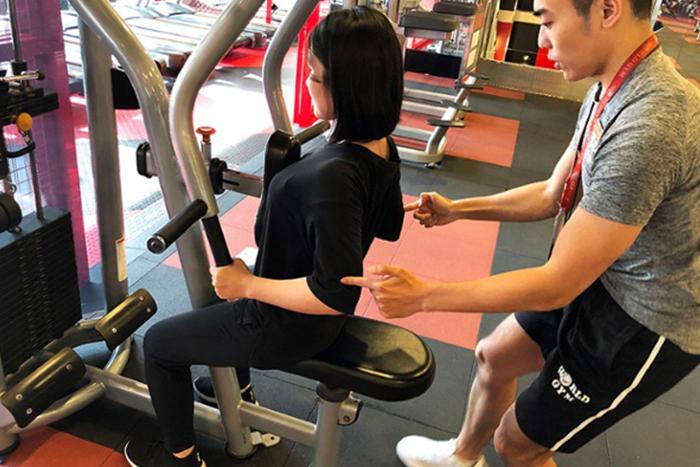 坐姿划船機拉回把手的時候,手肘要超過身體,前臂要平行地面,而且要全身要穩定。