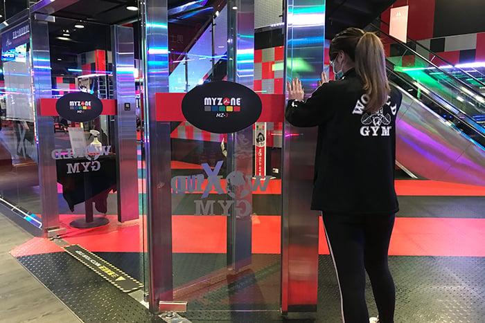World Gym有氧教室打開門 保持空氣流通
