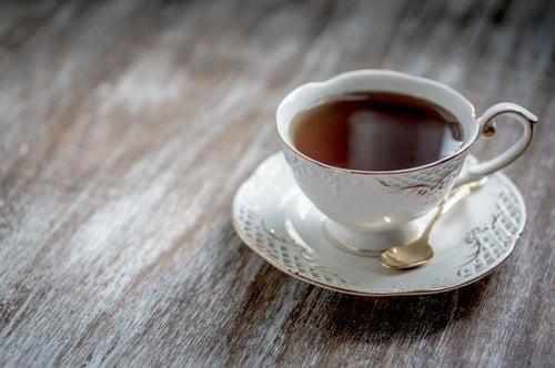 紅茶很多人會喝,但可能不太知道怎麼製造,小編簡單介紹:萎凋(讓新鮮葉子變軟) > 揉捻(破壞葉子組織) > 發酵(發出香氣) > 烘培。因為茶葉呈現黑色,所以英文命名Black tea,可不是Red tea喔!