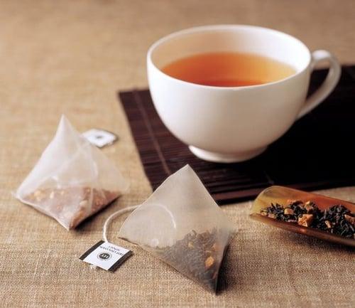 現在的紅茶包裝越來越多樣,不只有罐裝茶葉還有茶包,想喝紅茶只要打開包裝,沖入熱水,等待3到5分鐘,簡直比泡泡麵還簡單,熱熱喝、功效來!
