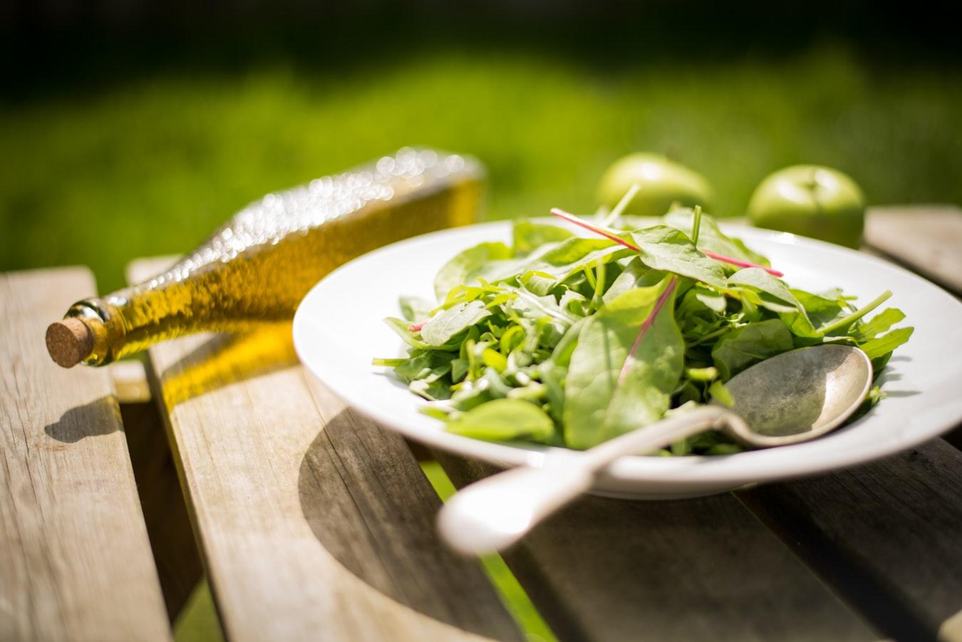 百搭好油非苦茶油莫屬!因為耐高溫、發煙點高,油脂不容易產生過氧化物質,可以避免對健康造成的負擔,因此,煎、炒、煮、炸、拌都很適合,例如:用苦茶油炒青菜、拌麵…等。