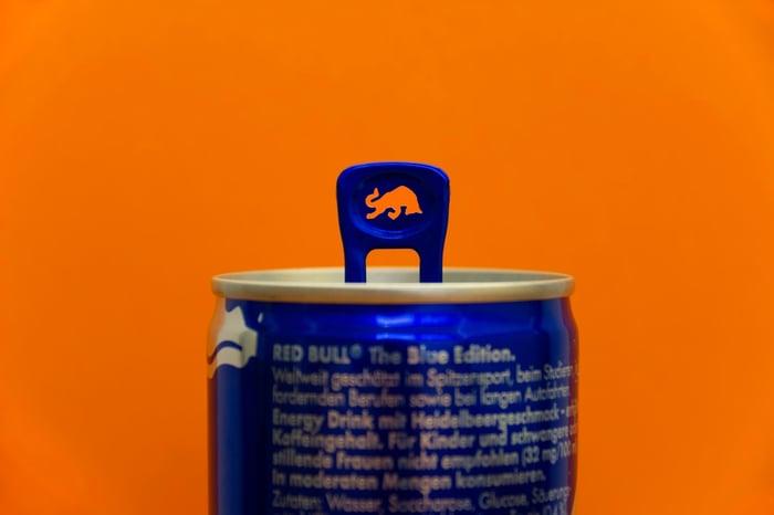 我們用Red Bull來舉例,每100毫升的紅牛內含11公克的糖,1瓶易開罐有250毫升,含糖量等於26公克,依照成人每日糖份攝取量應該低於200大卡,等於不能多於50公克,但是1瓶提神飲料下肚,糖分攝取已經過半!因此如果太依賴提神飲料,每天超過1瓶,長期下來,可能會造成肥胖、血糖過高、越來越疲憊…等問題。