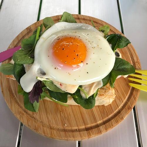 早餐-法國麵包與雞胸肉
