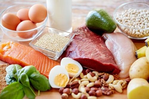 除了蛋白質跟澱粉一起吃、蛋白質攝取量平均分配於三餐中外,當然「植物性與動物性蛋白質」一起吃,是比較聰明的吃法。讓我們來談談為何這麼吃的原因:相信大家知道,雖然動物性蛋白質攝取到的蛋白質比較容易些,但某些肉類的脂肪含量超高,像是東坡肉、控肉…等,飽和脂肪較高,吃多反而脂肪攝取量過高;反之,植物性蛋白質,的確可以避免脂肪爆高的風險,而且植物性蛋白的高膳食纖維也是最大的優勢,對腸胃消化有很大的幫助,不過植物性蛋白少有某些人體必需的氨基酸。