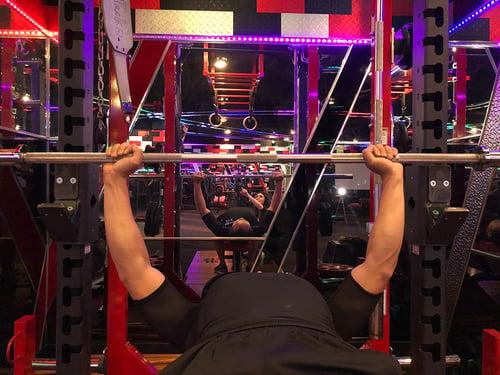 正確槓鈴動作,槓鈴需要握在兩邊平衡下才能操作。