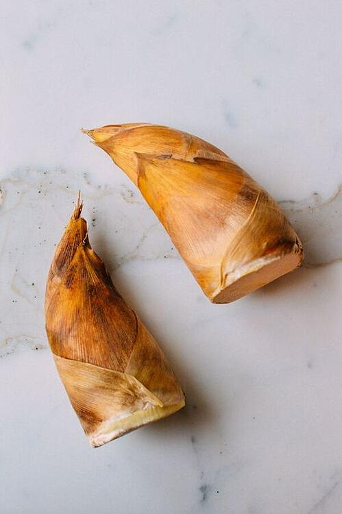 3.綠竹筍  綠竹筍產季在夏天,和前面2位細長的筍子不同,綠竹筍是標準的「矮、肥、短」,還會像牛角一樣彎曲,筍殼是黃色和咖啡色相間,非常好辨認,料理方法煮湯、爆炒都不錯,但小編私心最愛涼拌沙拉~夏天吃很適合。
