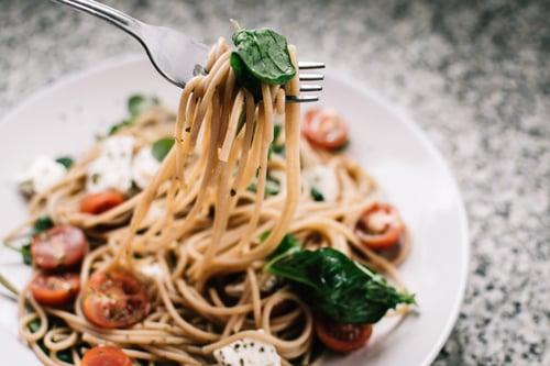 誰說吃義大利麵很胖?選對醬料就不胖!除了蔬菜與蛋白質的搭配,醬料可以選擇清炒或番茄(紅醬)口味,熱量比白醬、青醬、橘醬低很多,因為這些醬料含有大量的奶油,是減肥期的大忌!此外,義大利麵也別加大量的起司焗烤,這只會讓總熱量又提升一大層。