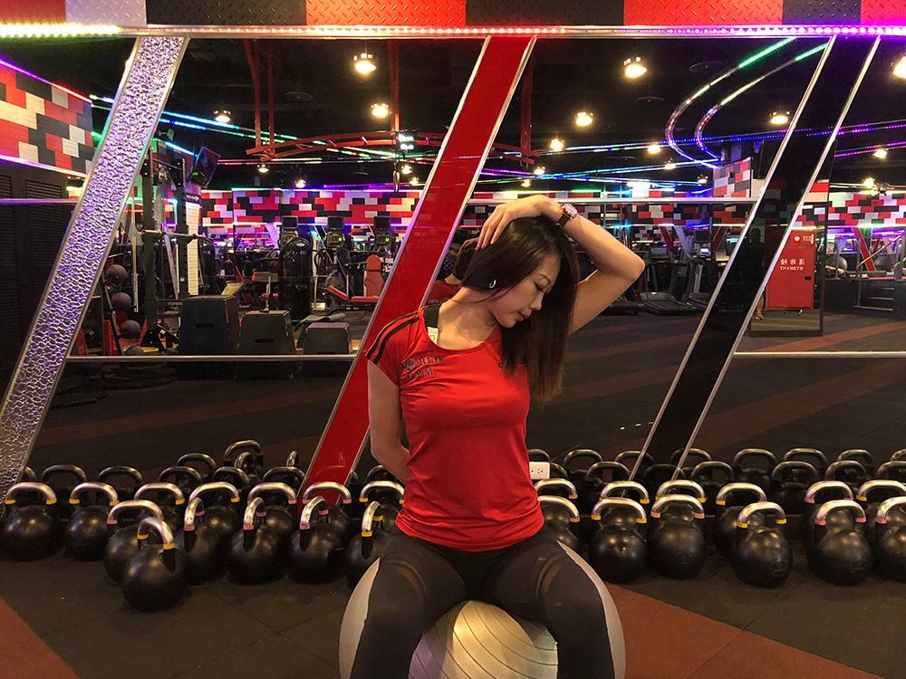 肩頸痠痛動作-伸展提肩胛肌