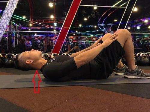 腹肌運動錯誤姿勢,頸部過度前屈,可能引起脖子酸痛,加大頸椎的壓力。