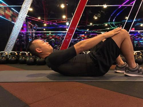 腹肌運動正確姿勢,脖子的位置應該處於自然的中立位,下顎微收,用腹部發力帶動身體,而非脖子。