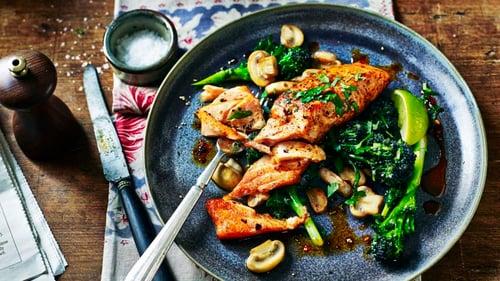 記得,鮭魚因為油脂多,不用放油乾煎就可以了。最不建議吃法就是油炸,高溫會破壞營養素之外,油炸的油對身體也很不好喔!