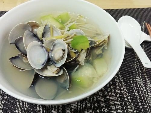 蛤蜊絲瓜金針菇湯可以快速上桌,大人小孩都愛!