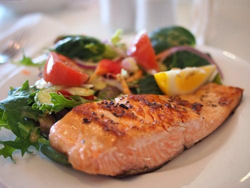 特別是,海鮮類一定要推薦「鮭魚」,你會發現許多健身部落客或是網紅們,主食常常選擇煎鮭魚,因為鮭魚含有豐富的DHA,還有含有健康的油脂「Omega-3」,是有助於把人體內的壞脂肪分解的好脂肪,有助於燃燒更多卡路里,還能改善心血管疾病。而且鮭魚的料理方式超多樣,不管是煎、烤、生魚片,都很美味。另外,鯖魚與鯡魚也富含健康魚油「Omega-3」脂肪酸,適量吃,一樣能幫助減重!