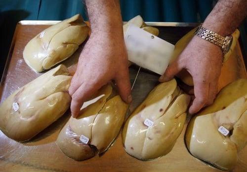 法國名菜「鵝肝」的由來,鵝隻不斷被強迫餵食大量過量的食物,讓鵝的肝臟營養過剩盛,累積大量脂肪,才會有油脂豐富肥肥軟軟的鵝肝。