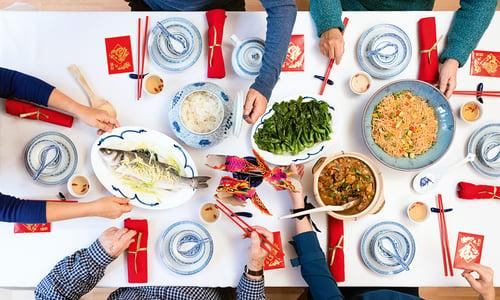 才許下新年別變胖的新希望,農曆春節滿桌功夫菜的誘惑,馬上就來!特別是過年必吃東坡肉、紅燒豬腳、佛跳牆、糖醋魚、酸菜白肉鍋…等,真的讓人很難拒絕,但,不想體重失控,一定要堅守「聰明吃、健康吃」的原則。