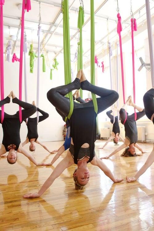 空中瑜珈常常動作幅度大,運動服裝建議選擇上半身貼身衣物,或運動內衣、瑜珈服都可以