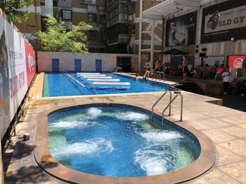 World Gym 世界健身天母店泳池區和室外Spa池