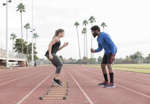 「繩梯」,又叫敏捷梯,對於訓練雙腳敏捷度、提升快速移動能力,有顯著的運動成效。常見運動員自主訓練,但其實適合全齡層,增加腳力和協調性。