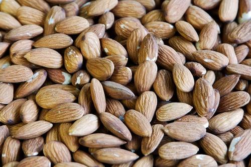綠色蔬菜、堅果、花生、黑豆、糙米等等,都含有「鎂」,多補充「鎂」可以提高免疫力與保健心臟,並且降低痙攣和抽搐的風險,改善眼皮跳。