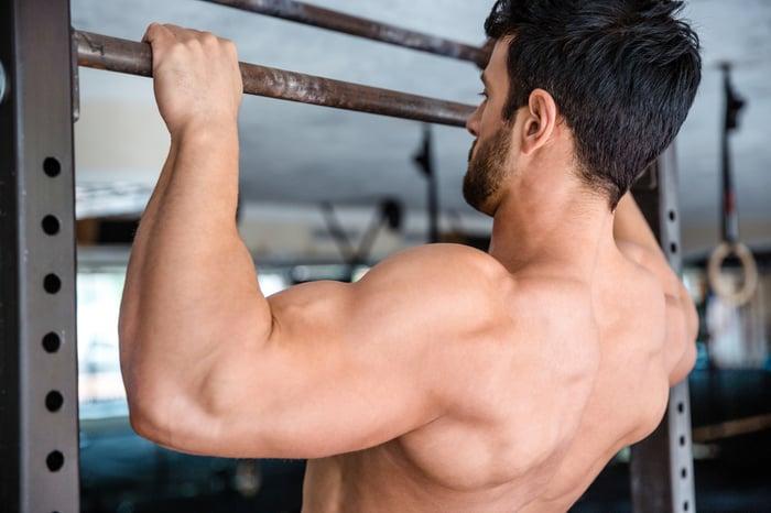 想練出完美背肌,但不想花錢請教練、上健身房,該怎麼辦?告訴你,公園裡常見的運動設施─單槓,就是最棒的健身器材,只要動作姿勢正確、持之以恆地鍛鍊,也能達到健身房中引體向上機的效果!