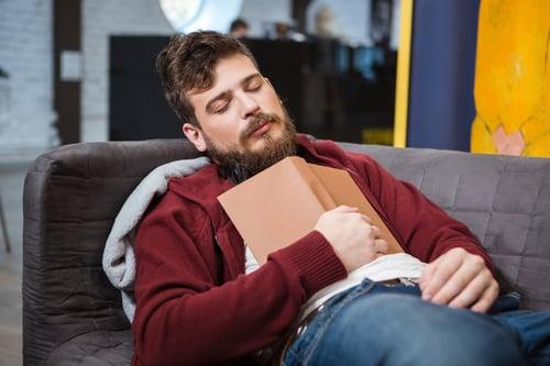 吃飽想睡,是因為吃錯食物,造成飯後血糖急速上,影響腦部神經。小心,時常有這種情況,你可能有糖尿病早期症狀!