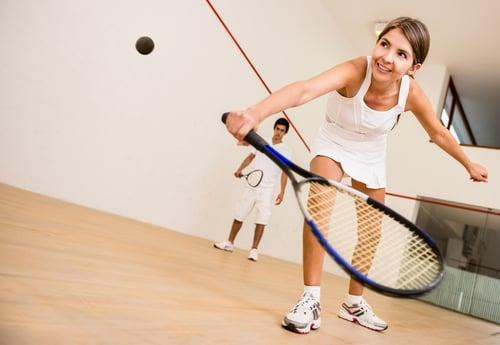 學會握拍後,接著就是練習正手和反手擊球!正手:前臂面向球時,用球拍擊球。這是一般初學者最快上手的擊球方式;反手則較困難一些,因為是你的前臂背向球,通常需要用到兩隻手的力量,需要更多的練習,來習慣反手打法,漸漸熟練後就可以嘗試單手,在追求難以回擊的球非常有用。
