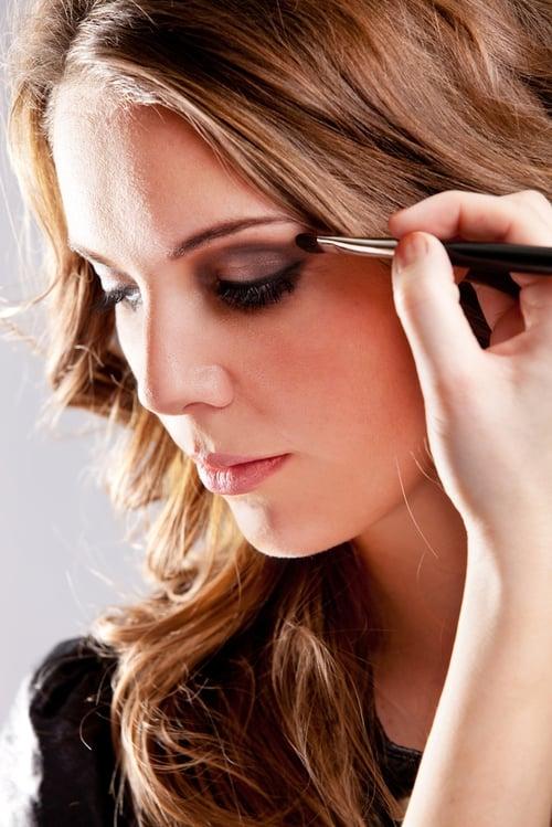 常常畫眼妝也會造成黑眼圈。