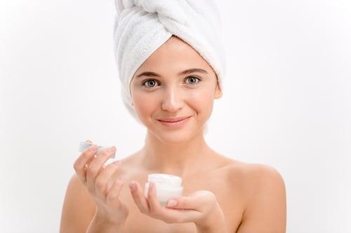 依照天氣變化,選擇更適合自己的保濕用品,像是在冬天的時候,空氣中的水分含量較少,導致皮膚中的水分比炎熱的夏天更快蒸發,容易造成皮膚乾燥、乾裂、脫皮。建議在冬天或是日夜溫差大的時候,換更濃厚的保濕霜、保濕乳液,滋潤我們的皮膚。