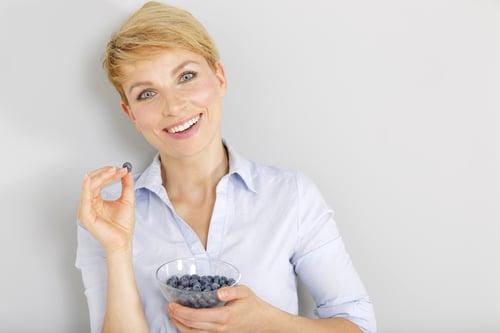 糖尿病患者要注意藍莓的攝取量。且藍莓含有草酸鹽、性質也偏涼,如果是腸胃不好、腎臟或膽囊未治癒的患者,盡量少吃藍莓。