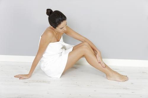 椰子油抹在身上,如果很快被吸收,不黏膩,而且肌膚變嫩,就是好的椰子油。
